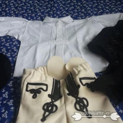 f72ddc39ad Erdélyivásártér - Babaméretű székely ruha kalappal és batussal